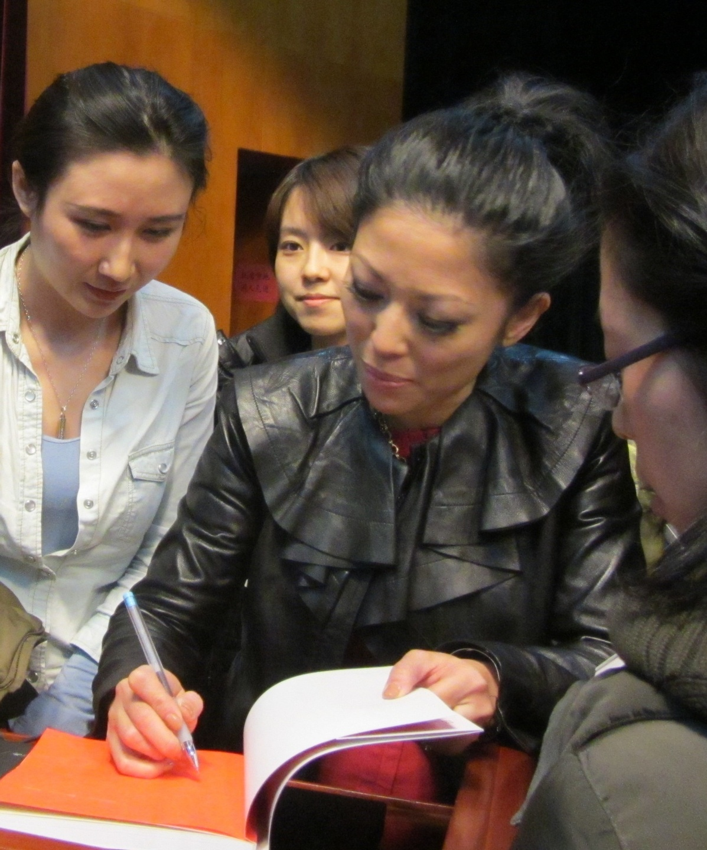 cDVppogWRrmZKPeJVP1r_Joy_Chen_signing_books_3
